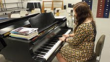 Jenna Abrams playing the piano.